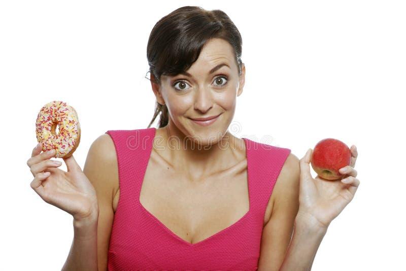 Frau, die Lebensmittel wählt lizenzfreie stockbilder