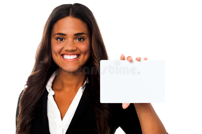 Frau, die leere rechteckige Anschlagtafel zeigt lizenzfreie stockfotografie