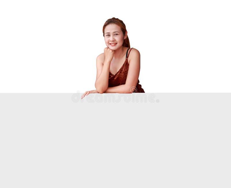 Frau, die leeres Brett zeigt lizenzfreie stockfotos
