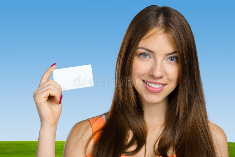 Frau, die leeres businesscard anhält stockfotos
