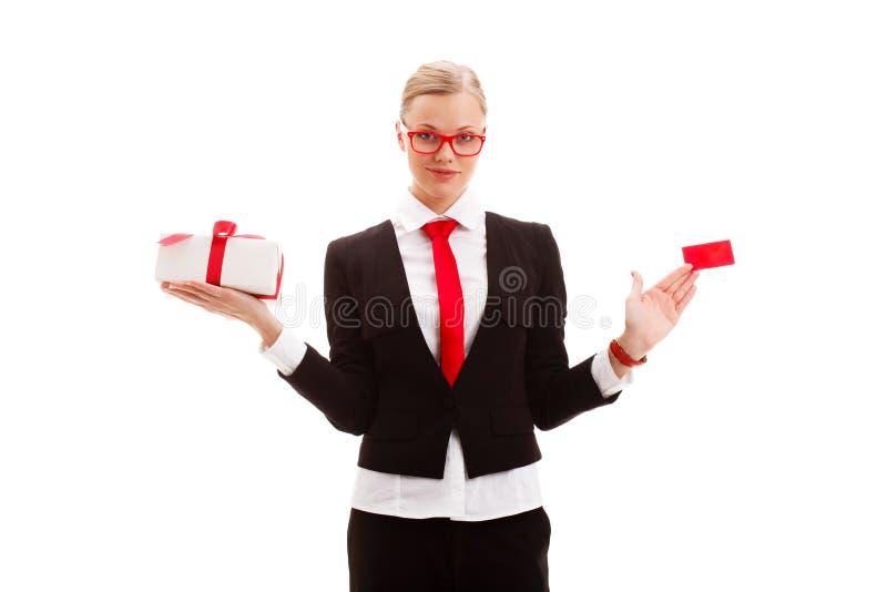 Frau, die leeres businesscard und giftbox anhält lizenzfreie stockfotos