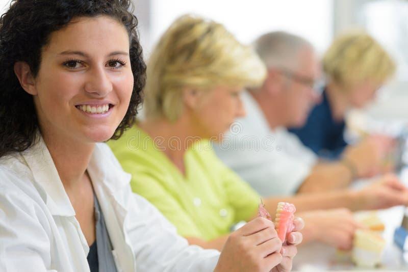 Frau, die lernt, Prothese herzustellen lizenzfreie stockfotos