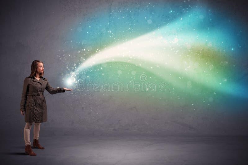 Frau, die Licht hält lizenzfreie stockfotos