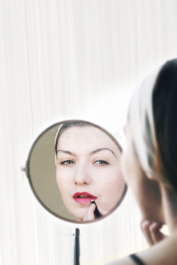 Frau, die Lippenstift anwendet lizenzfreie stockfotos