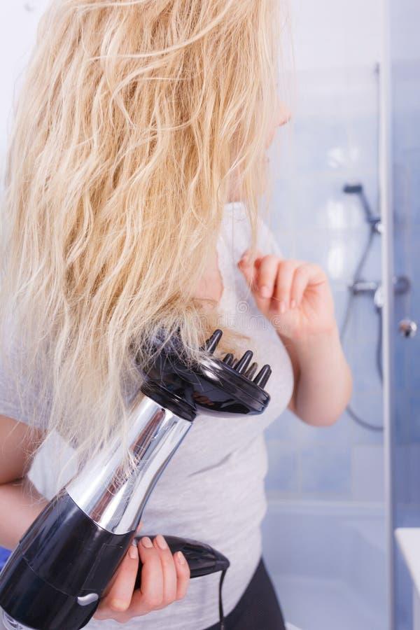 Frau, die Locken mit hairdryer Diffusor tut lizenzfreies stockfoto