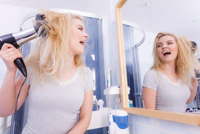 Frau, die Locken mit hairdryer Diffusor tut lizenzfreie stockfotos
