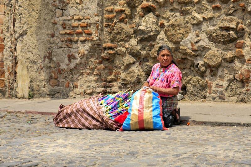 Frau, die lokale Produkte in Antigua, Guatemala verkauft stockbild
