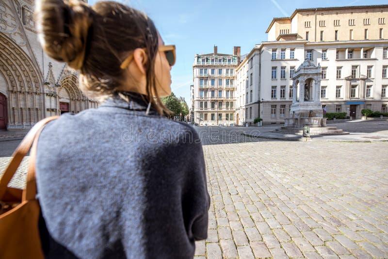 Frau, die in Lyon reist stockfotografie