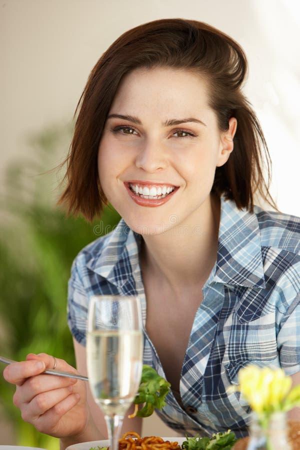 Frau, die Mahlzeit im Café hat lizenzfreie stockbilder
