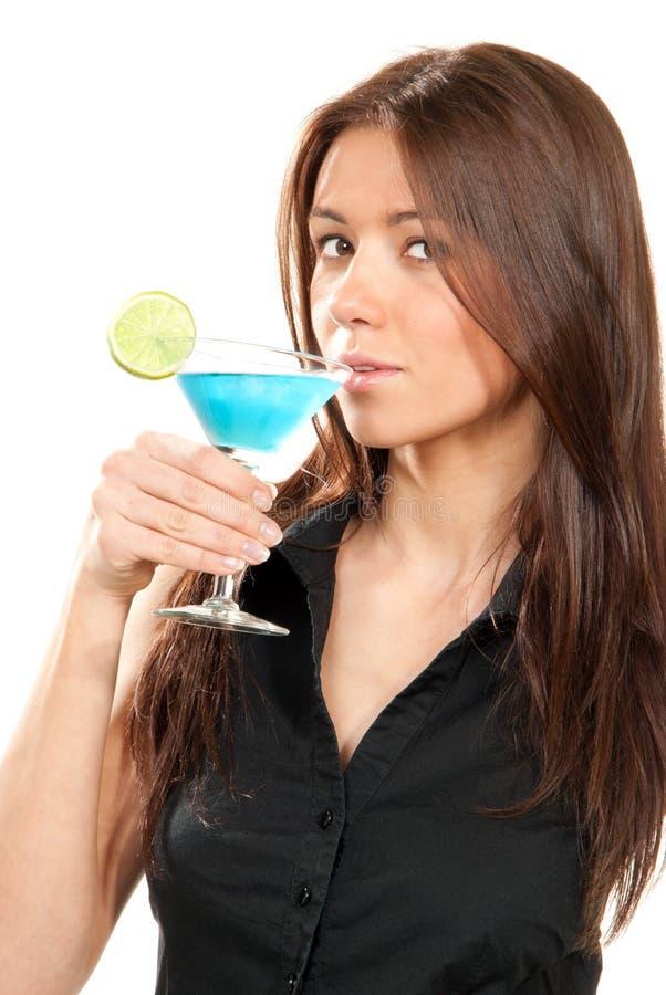 Frau, die Martini-Cocktail trinkt lizenzfreies stockfoto