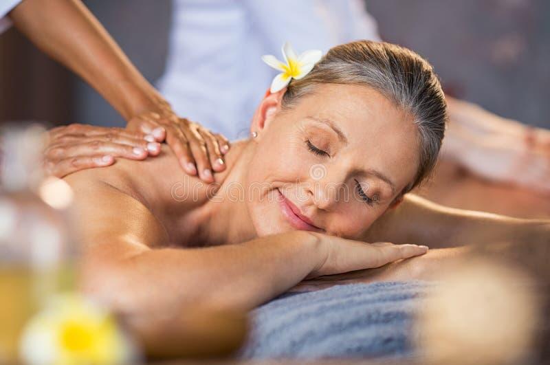 Frau, die Massage am Badekurort empfängt stockfotografie