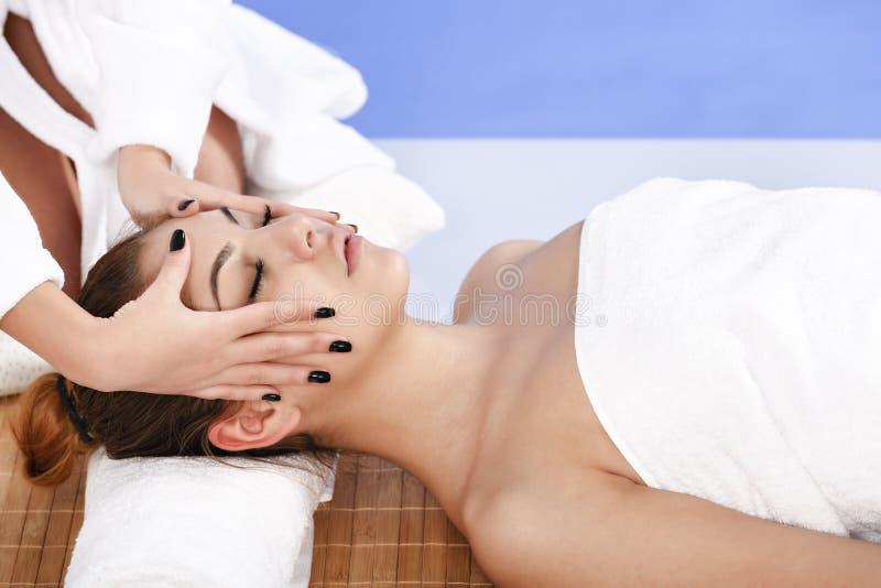 Frau, die Massage der Karosserie im Badekurortsalon hat Aufbau mit Badeöl und Seifen lizenzfreie stockfotografie
