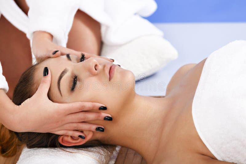 Frau, die Massage der Karosserie im Badekurortsalon hat Aufbau mit Badeöl und Seifen lizenzfreies stockfoto
