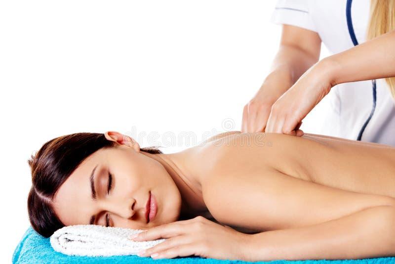 Frau, die Massage der Karosserie im Badekurortsalon hat Portrait über weißem Hintergrund stockfotografie