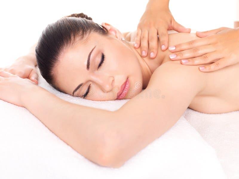 Frau, die Massage des Körpers im Badekurortsalon hat stockfotografie