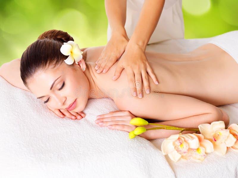 Frau, die Massage des Körpers im Naturbadekurort hat stockbild