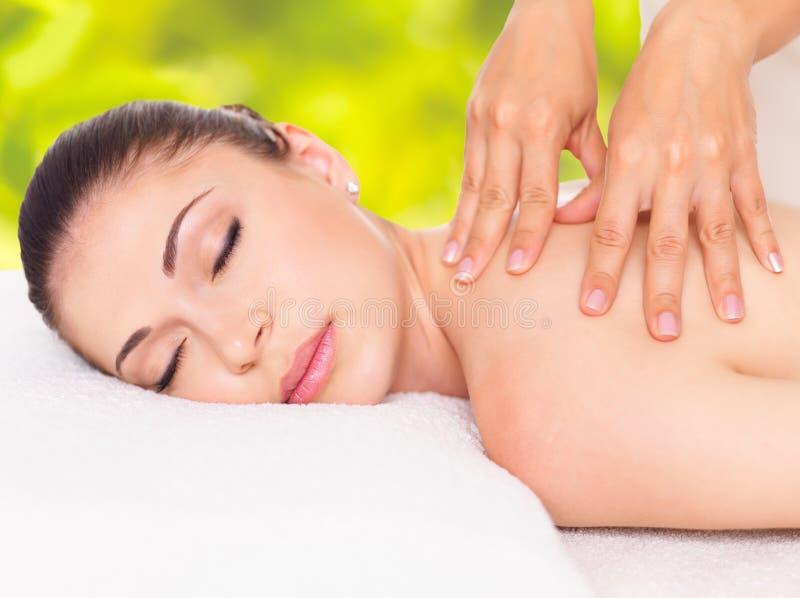 Frau, die Massage des Körpers im Naturbadekurort hat lizenzfreie stockbilder