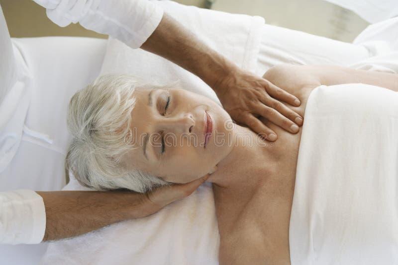 Frau, die Massage empfängt stockbild