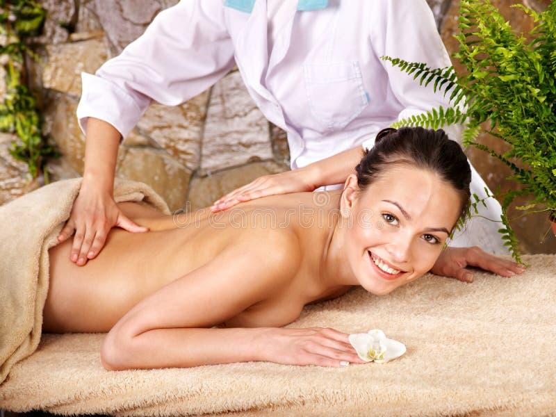 Frau, die Massage im Badekurort erhält. lizenzfreies stockfoto