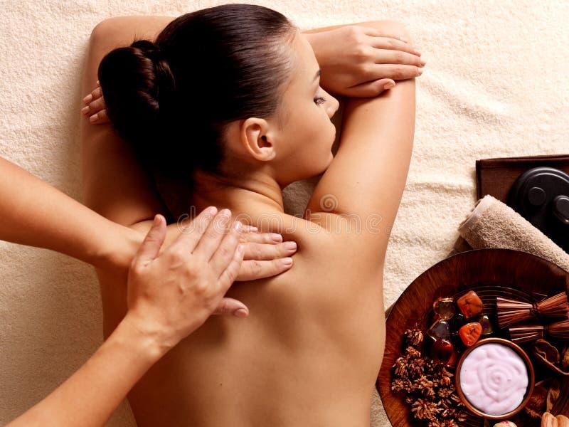 Frau, die Massage im Badekurortsalon hat stockfotos