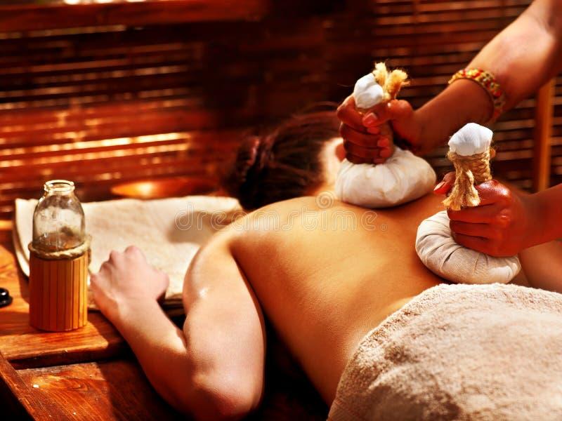 Frau, die Massage mit Beutel hat. lizenzfreie stockfotos