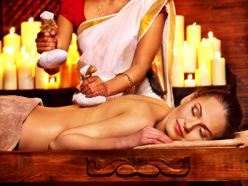 Frau, die Massage mit Tasche des Reises hat lizenzfreies stockbild