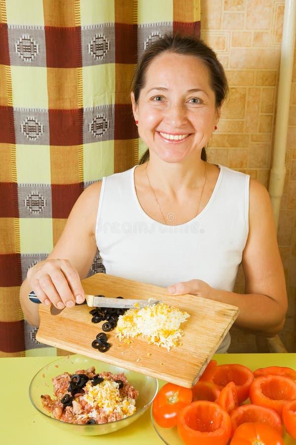 Frau, die Material für Tomate bildet lizenzfreies stockfoto