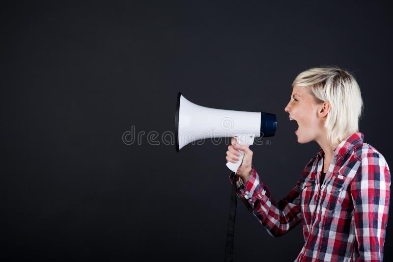 Frau, die in Megaphon schreit stockfoto