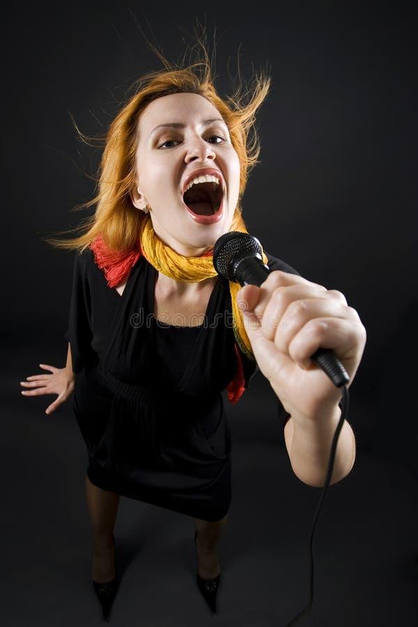 Frau, die in mic singt stockfotos