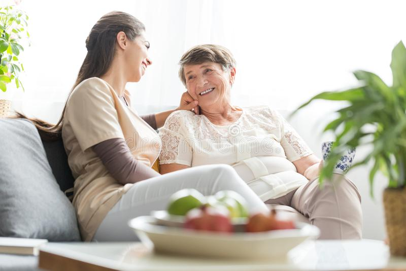 Frau, die mit älterer Mutter spricht stockbilder