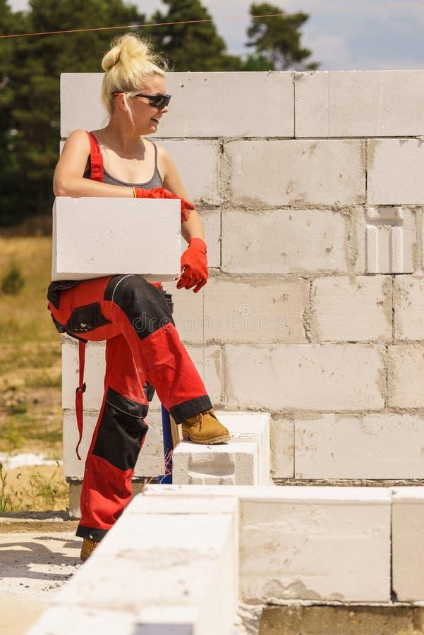 Frau, die mit airbricks arbeitet stockbild