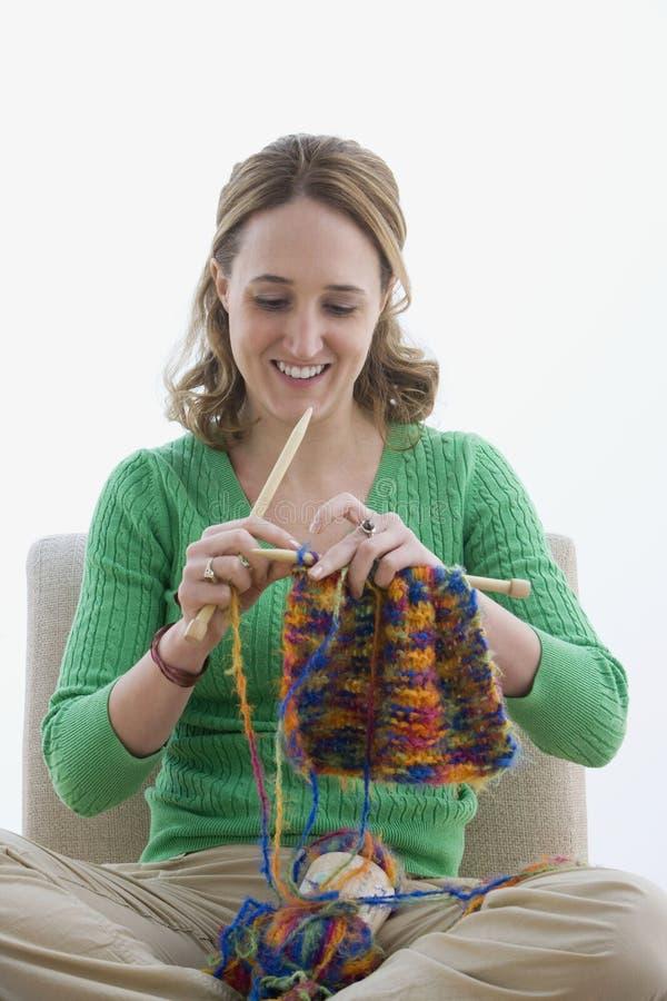 Frau, die mit dem Garn - getrennt strickt stockbild