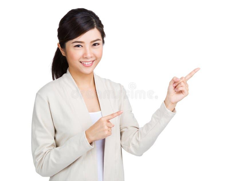 Frau, die mit dem Punkt mit zwei Fingern oben sich darstellt lizenzfreies stockbild