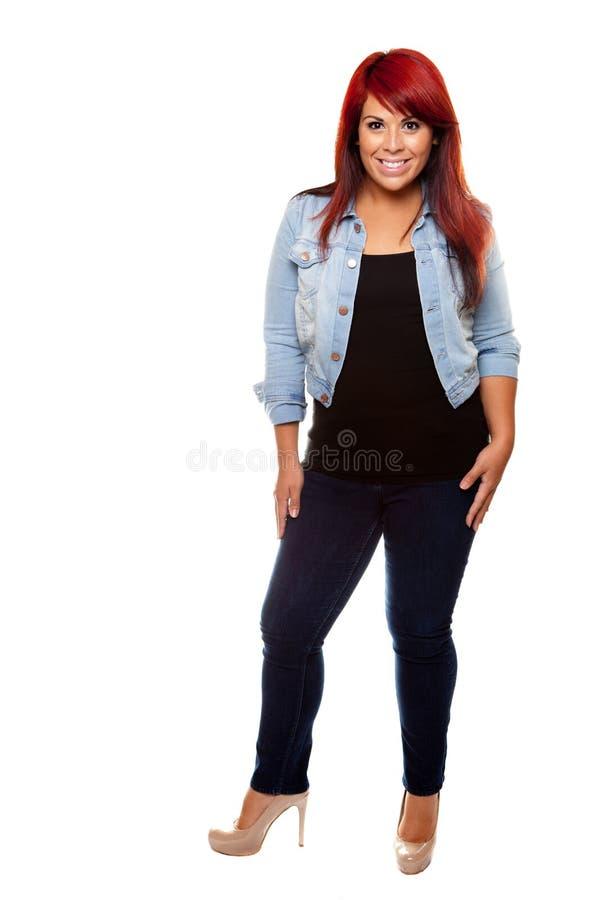 Frau, die mit dem roten Haar steht stockfotografie