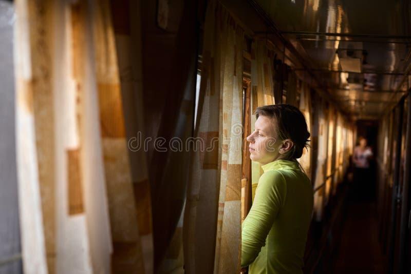 Frau, die mit dem Zug reist stockfotos