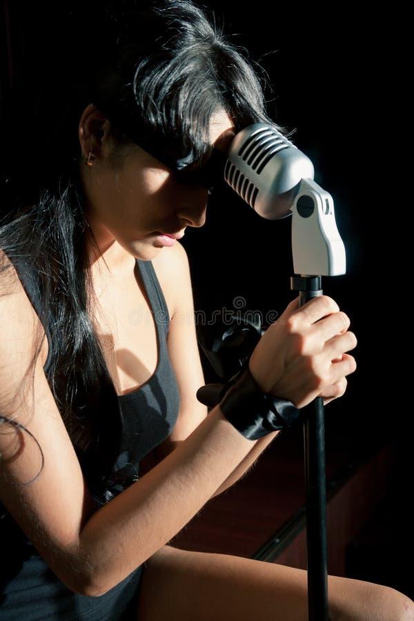 Frau, die mit den gebundenen Händen singt stockbilder