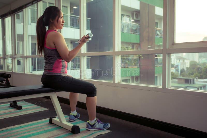 Frau, die mit Dumbbells trainiert stockfoto