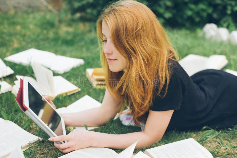 Frau, die mit ebook Leser und Buch lernt Wahl zwischen moderner pädagogischer Technologie und traditioneller Weisenmethode Mädche stockfoto