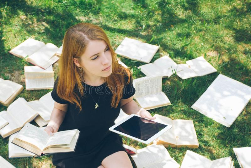 Frau, die mit ebook Leser und Buch lernt Wahl zwischen moderner pädagogischer Technologie und traditioneller Weisenmethode Mädche stockfotografie