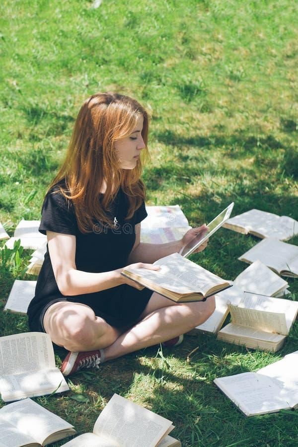 Frau, die mit ebook Leser und Buch lernt Wahl zwischen moderner pädagogischer Technologie und traditioneller Weisenmethode Mädche lizenzfreie stockfotos