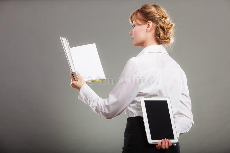 Frau, die mit ebook und Buch lernt Ausbildung stockfoto