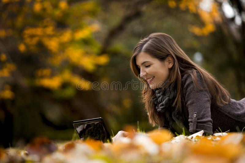 Frau, die mit einem Laptop arbeitet stockfotografie