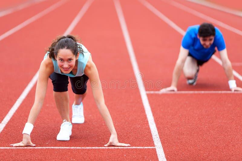 Frau, die mit einem Mann am Stadion läuft stockfoto