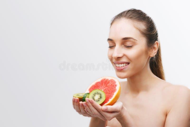 Frau, die mit Früchten aufwirft lizenzfreie stockbilder