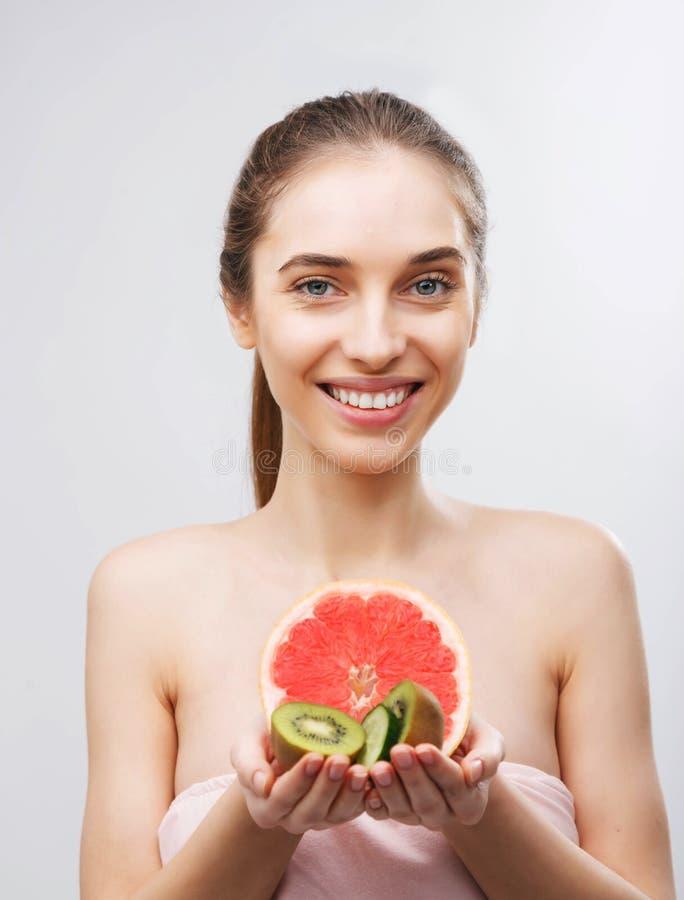 Frau, die mit Früchten aufwirft stockbilder
