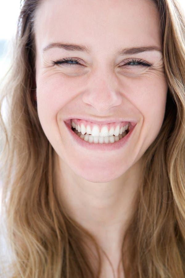 Frau, die mit Freude lacht lizenzfreie stockbilder