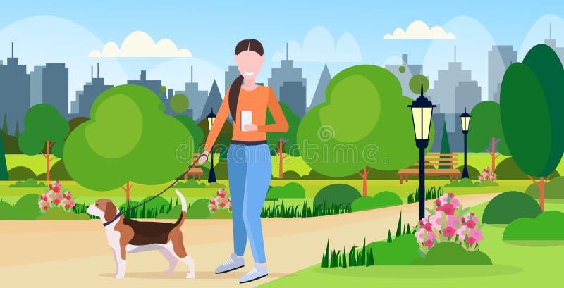 Frau, die mit Hund unter Verwendung Gerätsucht-Konzeptstadt der Smartphonesocial media-Netzkommunikation der digitalen städtisch  lizenzfreie abbildung