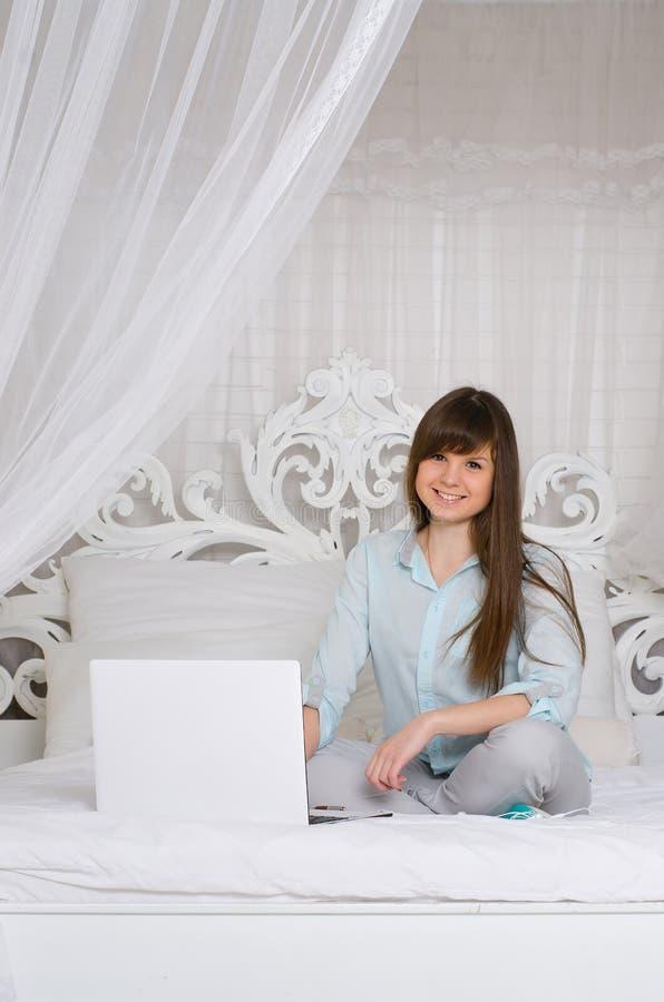 Frau, die mit ihrem Laptop arbeitet lizenzfreies stockbild