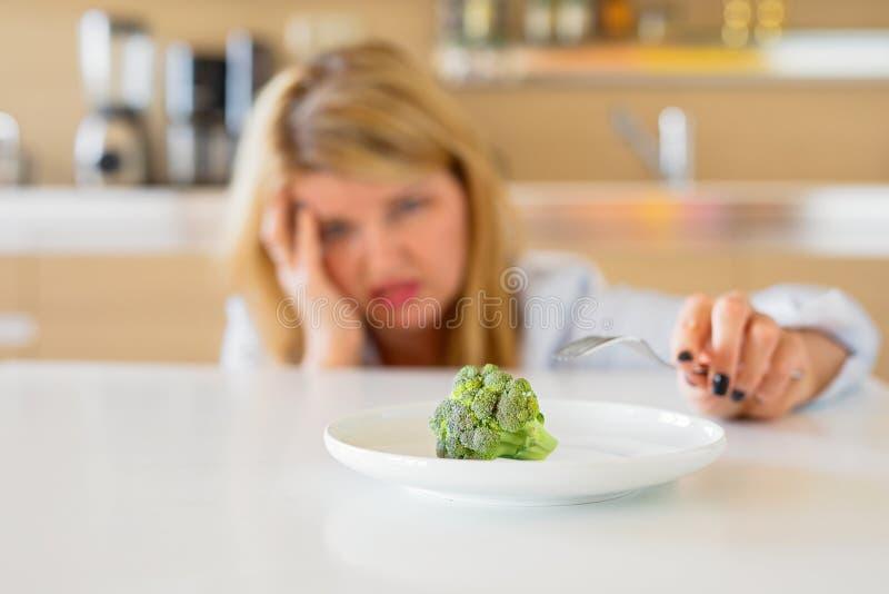Frau, die mit ihrer Diät kämpft lizenzfreies stockfoto