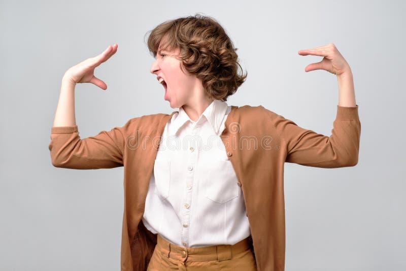 Frau, die mit ihrer Hand, leiden unter Druck spricht stockbild